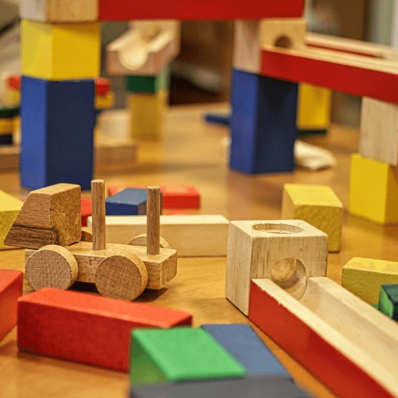Jouet-ancien-colore-durable-bois-construction-carre