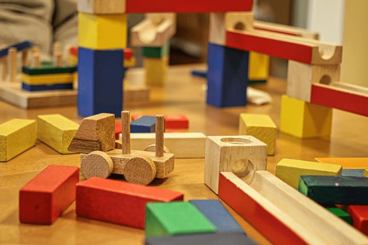 Jouet-ancien-colore-durable-bois-construction