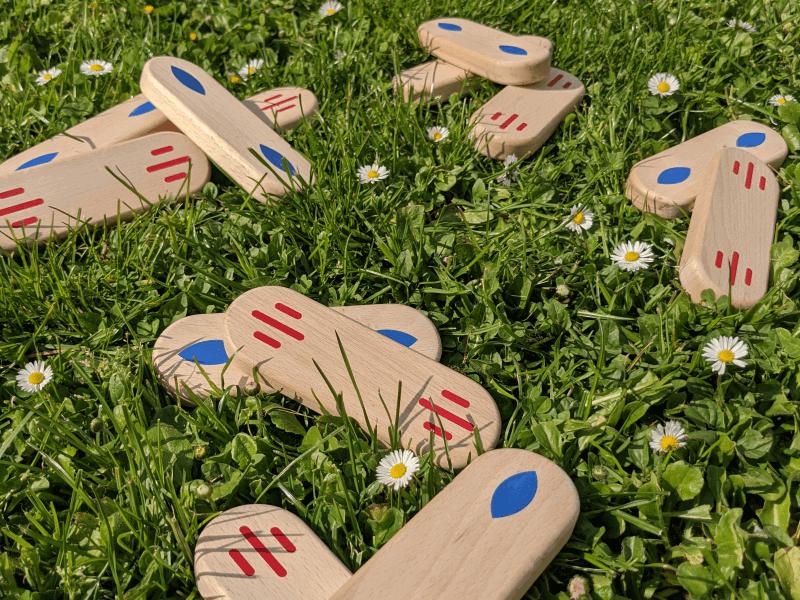 Jeu en bois pour adulte et enfant sur pelouse